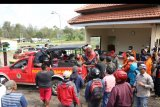 Timsar gabungan mengevakuasi jenazah korban letupan kawah di Gunung Ijen Banyuwangi, Jawa Timur, Sabtu (30/5/2020). Letupan di kawah Ijen yang terjadi pada jumat (29/5) itu, menyebabkan air kawah meluap hingga ke dapur sulfur yang mengakibatkan satu orang penjaga sulfur terseret dan ditemukan meninggal. ANTARA FOTO/Budi Candra Setya/nym