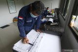 Petugas PVMBG mengamati rekaman seismograf aktivitas Gunung Ijen dari  Pos Pantau Gunung Api Ijen, Banyuwangi, Jawa Timur, Sabtu (30/5/2020). Hasil pengamatan sementara petugas PVMBG kejadian letupan di kawah Ijen pada jumat (29/5) yang menyebabkan luapan air kawah hingga ke dapur sulfur itu, terjadi akibat desakan gas panas yang bertemu dengan air dingin karena curah hujan yang tinggi. Dalam kondisi ini  masih berpotensi gas vulkanik dapat naik tiba-tiba dan akibat naiknya gelembung gas dari dasar danau. Antara Jatim/Budi Candra Setya/zk