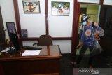 Relawan sosial dari Persatuan Pemadam Kebakaran Jeruju (PPKJ) menyemprotkan cairan disinfektan di Kantor Perum LKBN ANTARA Biro Kalbar di Pontianak, Kalimantan Barat, Sabtu (30/5/2020). Penyemprotan disinfektan untuk mencegah penyebaran COVID-19 di lingkungan kerja tersebut merupakan bagian dari fase pertama ANTARA dalam menghadapi era normal baru. ANTARA FOTO/Jessica Helena Wuysang
