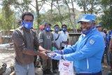 Bupati Mamteng bantu bama, masker dan uang Rp20 juta relawan COVID-19 wilayah Lapago