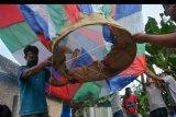 Warga menerbangkan balon udara di Desa Bandung, Kecamatan Diwek, Kabupaten Jombang, Jawa Timur, Minggu (31/5/2020). Meskipun telah dilarang, tradisi menerbangkan balon udara tradisional tetap dilakukan warga di Jombang karena dianggap sudah menjadi tradisi saat perayaan Lebaran Ketupat. ANTARA FOTO/Syaiful Arif/nym.