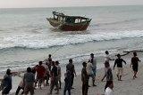 Meski gelombang tinggi, nelayan tetap melaut
