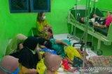 Puluhan anak dan orang tua keracunan makanan