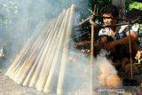 Warga memasak nasi jaha atau lemang di Desa Ombulo, Kabupaten Gorontalo, Gorontalo, Sabtu (30/5/2020). Sejumlah warga keturunan Jawa Tondano (Jaton) di daerah itu mulai memasak nasi jaha yang menjadi makanan khas perayaan Lebaran Ketupat. (ANTARA FOTO/Adiwinata Solihin)