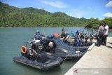 Personil Polisi Air Polda Aceh mrnggunakan kapal patroli mengangkut paket sembako tibada di Desa Lapeng, Pemukiman Pulau Beras Utara, kecamatan Pulau Aceh, kabupaten Aceh Besar, Aceh, Senin (1/6/2020). Bantuan paket sembako untuk 374 jiwa warga prasejahtera dan dilanjutkan sosialisasi penggunaan masker di wilayah terluar Pulau Aceh yang terdampak pandemi COVID-19 tersebut, merupakan rangkaian dari kegiatan bhakti sosial dalam rangka Peringatan Hari Lahir Pancasila. Antara Aceh/Ampelsa.