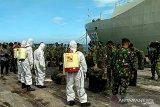 Lantamal VI Makassar disinfeksi kapal perang untuk cegah COVID-19