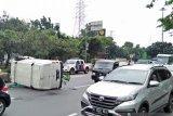 Minibus bermuatan kabel optik terguling di Cawang usai tabrak pembatas jalan