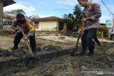 Brimob Sulawesi Tenggara gotong royong bersihkan drainase saat Harlah Pancasila