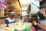 Petugas kantin menggunakan face shield saat melayani pembeli di KMP Dharma Rucita, Pelabuhan Ketapang, Banyuwangi, Jawa Timur, Senin (1/6/2020). Sebagian operator kapal penyeberangan pelabuhan ketapang-Gilimanuk mulai menerapkan tatanan normal baru. Antara Jatim/Budi Candra Setya/zk
