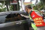 Anggota Polisi melakukan pengecekan suhu tubuh kepada pengunjung Pasar Sentra Antasari di Banjarmasin, Kalimantan Selatan, Senin (1/6/2020). Pemerintah Kota Banjarmasin menghentikan pemberlakuan Pembatasan Sosial Berskala Besar (PSBB) pada Minggu (31/5/2020) dan memberlakukan Kondisi Tanggap Darurat COVID-19 Pasca PSBB serta memberikan edukasi protokol kesehatan yang merupakan tahapan menuju normal baru (New Normal) kepada masyarakat. Foto Antaranews Kalsel/Bayu Pratama S.