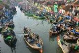 Sejumlah kapal nelayan bersandar di sungai Wiso, Jepara, Jawa Tengah, Minggu (31/5/2020). Pemerintah menyiapkan bantuan untuk 1,1 juta nelayan yang terdampak COVID-19, diantaranya melalui program bantuan sosial tunai berupa uang Rp600.000 per kepala keluarga per bulan mulai Juni-Desember 2020. ANTARA FOTO/Yusuf Nugroho/aww.
