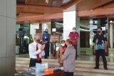 BPJAMSOSTEK Jateng-DIY serahkan APD tenaga medis serta masker dan multivitamin untuk pekerja.