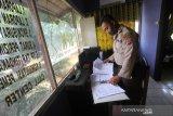 Polisi sedang mengecek berkas pelayanan masyarakat pasca penyerangan di Polsek Daha Selatan, Kabupaten Hulu Sungai Selatan, Kalimantan Selatan, Selasa (2/6/2020). Pasca penyerangan seorang pelaku diduga simpatisan ISIS di Polsek Daha Selatan yang terjadi pada Senin (1/6) dini hari tersebut pelayanan untuk masyarakat kembali normal. Foto Antaranews Kalsel/Bayu Pratama S.