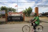 Warga menggunakan sepeda melintas di depan Polsek Daha Selatan pasca penyerangan di Kabupaten Hulu Sungai Selatan, Kalimantan Selatan, Selasa (2/6/2020). Warga beraktivitas di Polsek Daha Selatan pasca penyerangan di Kabupaten Hulu Sungai Selatan, Kalimantan Selatan, Selasa (2/6/2020). Pasca penyerangan seorang pelaku diduga simpatisan ISIS di Polsek Daha Selatan yang terjadi pada Senin (1/6) dini hari tersebut pelayanan untuk masyarakat kembali normal. Foto Antaranews Kalsel/Bayu Pratama S.