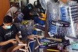 Pekerja menyelesaikan pembuatan pelindung wajah di sebuah industri rumahan Mejayan, Kabupaten, Madiun, Jawa Timur, Selasa (2/6/2020). Industri rumahan tersebut dalam sehari rata-rata memproduksi 150 buah pelindung wajah dengan harga antara Rp15.000 hingga Rp25.000 per buah, sedangkan yang menggunakan helm proyek Rp65.000 hingga Rp70.000 per buah tergantung kualitas bahan. Antara Jatim/Siswowidodo/zk
