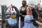 Pengunjung berolahraga angkat beban sambil menggunakan masker disalah satu pusat kebugaran di Kota Blitar, Jawa Timur, Selasa (2/6/2020). Menghadapi era