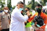 Wali Kota Solok serahkan 193 paket sembako untuk relawan COVID-19