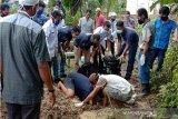 Polisi  bongkar makam bayi  untuk mencocokan DNA bidan