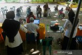 Sejumlah warga mendaftarkan anaknya saat masuk sekolah di SDN 1 Banda Aceh, Aceh, Rabu (3/6/2020). Pendaftaran murid baru tahun ajaran 2020/2021 mulai dari jenjang SD hingga SMA berlangsung hingga tanggal 6 Juni 2020 di tengah pandemi COVID-19 itu tetap menerapkan protokol kesehatan sebagai edukasi kepada masyarakat dan calon murid baru di lingkungan pendidikan. Antara Aceh/Ampelsa