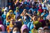 Sejumlah buruh berjalan keluar dari pabrik Beesco Indonesia di Karawang, Jawa Barat, Rabu (3/6/2020). Kementerian Ketenagakerjaan meminta para pengusaha merekrut kembali pekerja atau buruh yang terkena PHK dan dirumahkan akibat pandemi COVID-19 dengan harapan dapat mengurangi angka pengangguran dan memperluas kesempatan kerja baru. ANTARA JABAR/M Ibnu Chazar/agr