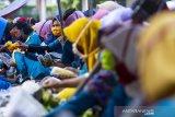 Sejumlah buruh berbelanja saat keluar dari pabrik Beesco Indonesia di Karawang, Jawa Barat, Rabu (3/6/2020). Kementerian Ketenagakerjaan meminta para pengusaha merekrut kembali pekerja atau buruh yang terkena PHK dan dirumahkan akibat pandemi COVID-19 dengan harapan dapat mengurangi angka pengangguran dan memperluas kesempatan kerja baru. ANTARA JABAR/M Ibnu Chazar/agr