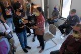 Komisioner KPU Kota Denpasar Dewa Ayu Sekar Anggraeni (kedua kiri) menyerahkan sembako kepada penyandang disabilitas tunanetra saat pemberian bantuan secara serentak oleh KPU kabupaten/kota se-Bali di Denpasar, Bali, Rabu (3/6/2020). Kegiatan tersebut untuk meringankan perekonomian pemilih yang terdampak pandemi COVID-19 sekaligus sosialisasi pemilihan kepala daerah (Pilkada) 2020 yang rencananya dilaksanakan pada 9 Desember 2020. ANTARA FOTO/Nyoman Hendra Wibowo/nym.