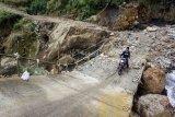 Jembatan penuh longsoran batu