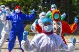Sejumlah tenaga medis penanganan COVID-19 mengikuti senam sehat di Puskeskemas Cikampek, Karawang, Jawa Barat, Kamis (4/6/2020). Kementerian Ketenagakerjaan memastikan seluruh tenaga kerja yang terlibat dalam penanganan Covid-19 akan terlindungi program Jaminan Kecelakaan Kerja (JKK) dengan kategori memiliki risiko khusus yang dapat mengakibatkan atau mengalami Penyakit Akibat Kerja (PAK) karena COVID-19. ANTARA JABAR/M Ibnu Chazar/agr