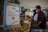 Sejumlah orang tua calon peserta didik mencari informasi terkait penerimaan peserta didik baru (PPDB) di SMKN 8, Bandung, Jawa Barat, Kamis (4/6/2020). Pada PPDB tahun ajaran 2020/2021, Kota Bandung memiliki kuota peserta didik baru sebanyak 9.211 untuk SMA Negeri dan 7.698 untuk SMK Negeri yang akan dimulai pada Senin 8 Juni 2020 mendatang secara daring. ANTARA JABAR/Raisan Al Farisi/agr