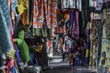 Sejumlah pedagang kaki lima menunggu calon pembeli di Jalan Cihideng, Kota Tasikmalaya, Jawa Barat, Kamis (4/5/2020). Para pedagang kembali beraktivitas dalam fase Adaptasi Kebiasaan Baru (AKB) yang sudah ditetapkan Pemerintah Provinsi Jabar sejak 2 Juni lalu dengan tetap menerapkan protokol kesehatan. ANTARA JABAR/Adeng Bustomi/agr