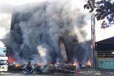 Gudang ban terbakar di Kudus belum padam