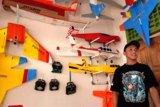 Firman Fahrudin rakit pesawat mainan yang dapat terbang tinggi maksimal 1,5 kilometer