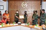 Panglima TNI puji dua prajurit TNI-AL bantu warga terdampak COVID-19