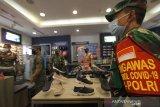 Petugas gabungan melakukan patroli protokol kesehatan di Q-Mall, Banjarbaru, Kalimantan Selatan, Jumat (5/6/2020). Pengelola pusat perbelanjaan tersebut menerapkan protokol kesehatan secara ketat berupa kewajiban mencuci tangan, pemeriksaan suhu tubuh, penggunaan masker, dan menyediakan fasilitas pendukung jaga jarak fisik (pshycal distancing) bagi pengunjung maupun karyawan guna mendukung pemerintah disaat kehidupan normal baru (New Normal). Foto Antaranews Kalsel/Bayu Pratama S.