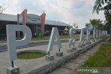 Petugas usai melakukan penyemprotan cairan disinfektan di pasar tradisonal Peterongan, Kabupaten Jombang, Jawa Timur, Jumat (5/6/2020). Pemerintah Kabupaten Jombang melakukan penutupan sementara operasional Pasar Peterongan hingga Sabtu (6/6/2020), ini dilakukan setelah salah satu pedagang di pasar tersebut dinyatakan positif Covid-19. Antara Jatim/Syaiful Arif/zk