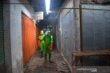 Petugas menyemprotkan cairan disinfektan di pasar tradisonal Peterongan, Kabupaten Jombang, Jawa Timur, Jumat (5/6/2020). Pemerintah Kabupaten Jombang melakukan penutupan sementara operasional Pasar Peterongan hingga Sabtu (6/6/2020), ini dilakukan setelah salah satu pedagang di pasar tersebut dinyatakan positif Covid-19. Antara Jatim/Syaiful Arif/zk