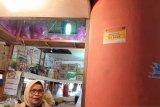 Dinas Perdagangan Padang tempelkan stiker di kios pedagang Pasar Raya yang negatif COVID-19