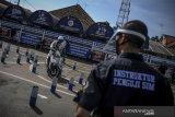 Pemohon mengikuti tes pembuatan Surat Izin Mengemudi (SIM) di Polrestabes Bandung, Jawa Barat, Jumat (5/6/2020). Polda Jawa Barat melalui Kantor Satuan Pelayanan Administrasi (Satpas) dan Sistem Administrasi Manunggal Satu Atap (Samsat) kembali membuka pelayanan pembuatan dan perpanjangan SIM hingga 30 Juni khusus bagi warga yang belum sempat memperpanjang SIM saat PSBB diberlakukan. ANTARA JABAR/Raisan Al Farisi/agr