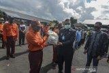 Wali Kota Tasikmalaya Budi Budiman (kedua kanan) disaksikan Sales Branch Manager VI Bandung Wahyudi Wirjanto (kanan) menyerahkan bantuan paket sembako di Kantor Dinas Perhubungan, Sukamulya, Kota Tasikmalaya, Jawa Barat, Jumat (5/6/2020). Pertamina Marketing Operation Regional (MOR) III menyalurkan bantuan berupa 2.500 paket sembako, 1.000 pcs masker, dan 500 alat rapid tes. ANTARA JABAR/Adeng Bustomi/agr