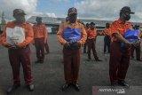 PERTAMINA PEDULI TERDAMPAK COVID-19. Para petugas parkir terdampak COVID-19 menerima paket sembako bantuan Pertamina Marketing Operation Regional (MOR) III yang dibagikan di kantor Dinas Perhubungan, Sukamulya, Kota Tasikmalaya, Jawa Barat, Jumat (5/6/2020). Pertamina Marketing Operation Regional (MOR) III menyalurkan bantuan berupa 2.500 paket sembako, 1.000 pcs masker, dan 500 alat rapid tes. ANTARA JABAR/Adeng Bustomi/agr