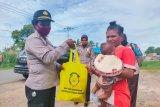 Polwan Merauke salurkan bantuan Bhayangkari ke warga