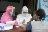 Petugas melakukan Rapid Test COVID-19 terhadap warga dari zona merah di Puskesmas Kuta Malaka, Kecamatan Kuta Malaka, Kabupaten Aceh Besar, Aceh, Jumat (5/6/2020). Rapid Test terhadap sejumlah warga yang datang dari daerah zona merah, Pulau Jawa dan Sumatera di kabupaten Aceh Besar itu merupakan tindakan pengawasan dalam upaya mencegah dan penyebaran COVID-19. Antara Aceh/Ampelsa.