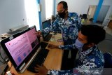 Petugas Badan Meteorologi Klimatologi dan Geofisika (BMKG) Mata Ie memantau dan melakukan pengolahan data gempa bumi yang melanda Pulau Weh, Sabang di Aceh Besar, Jumat (5/6/2020). BMKG mencatat 20 kali gempa susulan setelah gempa berkekuatan 4,9 SR melanda Kota Sabang pada Kamis (4/6) pagi yang mengakibatkan 17 bangunan rusak berat dan ringan. Antara Aceh/Irwansyah Putra.