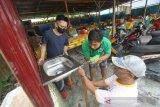 Pengelola warung makan memasang keran air cuci tangan di Warung Nasi Kuning Rafi, Banjarmasin, Kalimantan Selatan, Sabtu (6/6/2020). Pengolala warung tersebut menerapkan protokol kesehatan salah satunya dengan menyediakan tempat untuk cuci tangan bagi pengunjung guna mendukung pemerintah untuk memutus mata rantai penyebaran COVID-19. Foto Antaranews Kalsel/Bayu Pratama S.