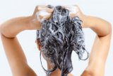 Awas rambut rusak karena kesalahan saat keramas