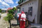 PMI dan gugus tugas Pasaman Barat semprotkan disinfektan di lingkungan warga positif COVID-19