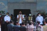 Menteri Kesehatan Terawan Agus Putranto (kanan) didampingi Menko PMK Muhadjir Effendy (kiri), Kepala Badan Nasional Penanggulangan Bencana (BNPB) Doni Monardo (dua kiri) dan Ketua Gugus Tugas Percepatan Penangan COVID-19 Provinsi Kalsel Sahbirin Noor (dua kanan) memberikan keterangan pers usai memberikan arahan di gedung Idham Chalid, Banjarbaru, Kalimantan Selatan, Minggu (7/6/2020). Kunjungan kerja tersebut untuk memantau perkembangan penanganan COVID-19 di Provinsi Kalimantan Selatan guna menindaklanjuti arahan Presiden Joko Widodo yang memberikan perhatian khusus di tiga Provinsi di Indonesia salah satunya Provinsi Kalimantan Selatan. Foto Antaranews Kalsel/Bayu Pratama S.