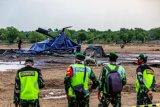 Personel TNI berjaga di sekitar lokasi helikopter yang jatuh di Kawasan Industri Kendal (KIK), Kabupaten Kendal, Jawa Tengah, Sabtu (6/6/2020). Belum diketahui penyebab jatuhnya helikopter jenis MI-17 bernomor registrasi HA 5141 milik TNI-AD yang mengakibatkan empat awak tewas dan lima awak lainnya dilarikan ke rumah sakit. ANTARA FOTO/Aji Styawan/wsj.
