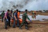 Petugas gabungan mengevakuasi jenazah dari sebuah helikopter yang jatuh di Kawasan Industri Kendal (KIK), Kabupaten Kendal, Jawa Tengah, Sabtu (6/6/2020). Belum diketahui penyebab jatuhnya helikopter jenis MI-17 bernomor registrasi HA 5141 milik TNI-AD yang mengakibatkan empat awak tewas dan lima awak lainnya dilarikan ke rumah sakit. ANTARA FOTO/Wawan Hadi/ast/WSJ.