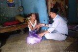 Pengusaha dan Camat Poto Tano salurkan bantuan untuk lansia